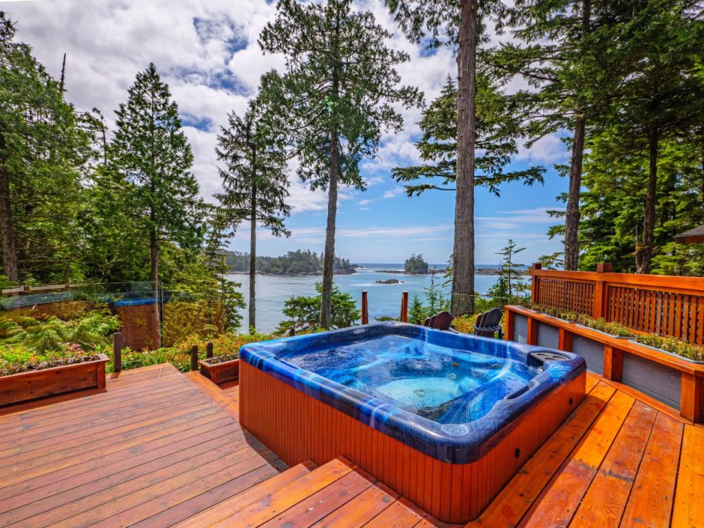 Outdoor tub on the main deck overlooking the ocean